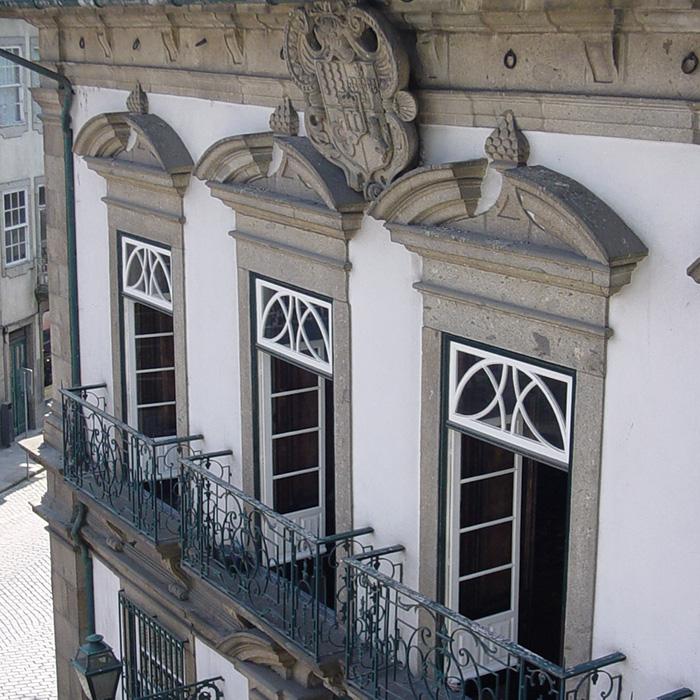 Fachada principal   Portas do Salão Nobre encimadas pela pedra de armas.
