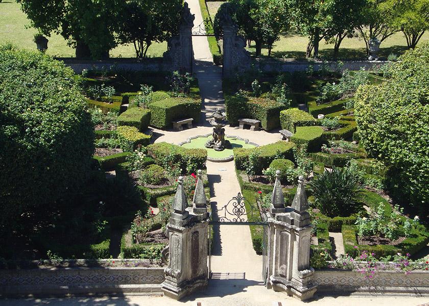 Vista do jardim formal e do portão nascente.