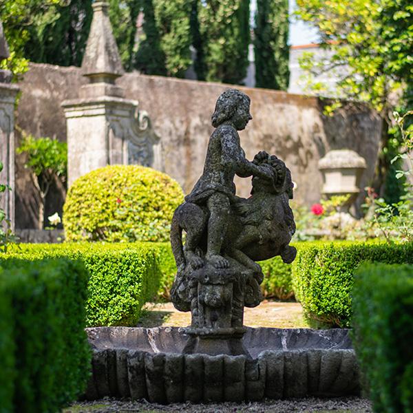Jardim Formal   Pequena taça com motivo escultórico de um menino (putti) montado um leão